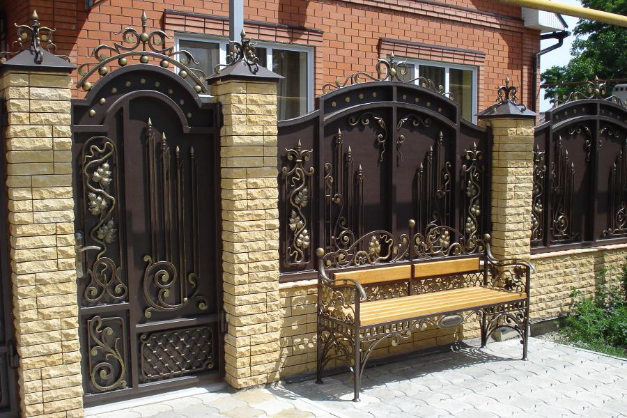 забор из фагота с коваными воротами и калиткой